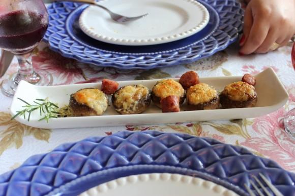 Entrada: Cogumelos Paris na cachaça recheados de linguiça. OBS – Não resisti e tirei foto depois de saborear um deles…