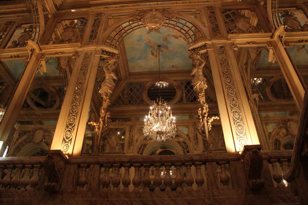 A deslumbrante entrada do Palácio dos espelhos.