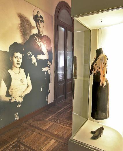 Eva e o General Perón - ao lado de um dos famosos vestidos