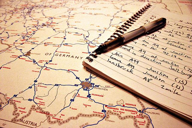 Livros, revistas e até internet ajudam muito no planejamento da viagem....