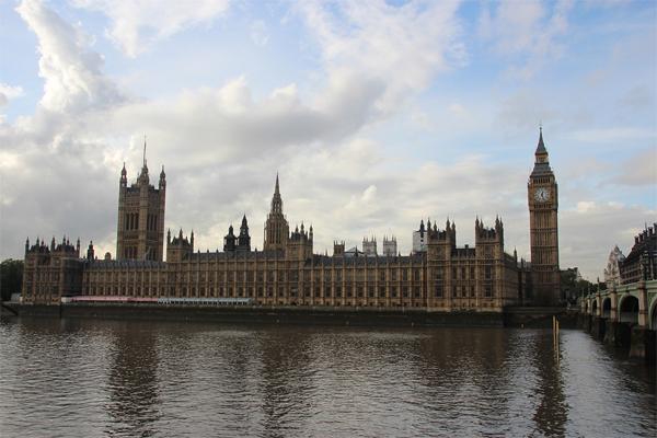 A Elizabeth Tower com o famoso Big Ben e o Parlamento às margens do Tâmisa.