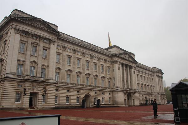 O palácio de Buckingham debaixo de chuva... O que a rainha estaria fazendo naquele momento?