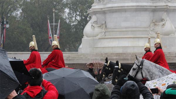 A troca da guarda mais rápida do mundo debaixo de chuva... Sem banda sem pompa...
