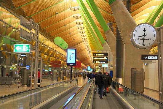 Aeroporto Barajas Terminal 4 - Madrid. Dispensa comentários...
