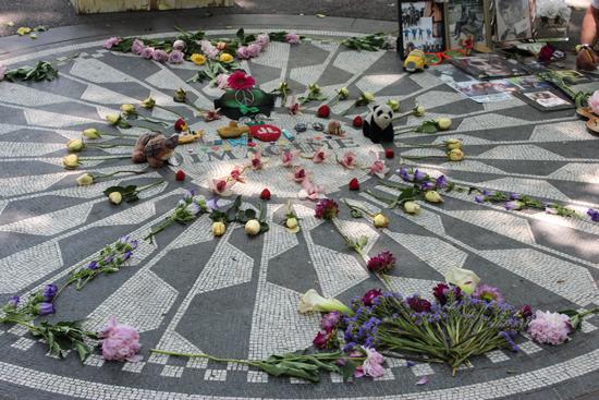 Imagine - mosaico em homenagem a John Lenon ainda com flores de fãs...