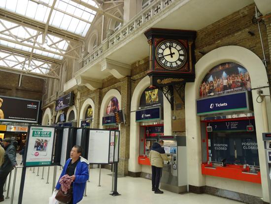 Charing Cross Station - balcões de tickets, não vá no atendimento eletrônico, mas sim no pessoal e peça seu travelcard