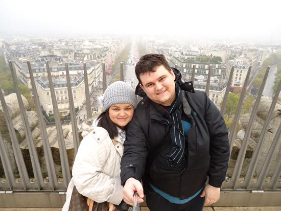 Vista lá de cima para a Champs Elysées e demais avenidas parisienses - pena que estava chovendo, mas garantimos visa espetacular em dias abertos.