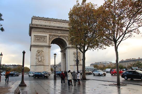 O arco, na Place dÉtoile, (Praça da estrela). Nem tente cruzá-la no meio dos carros.