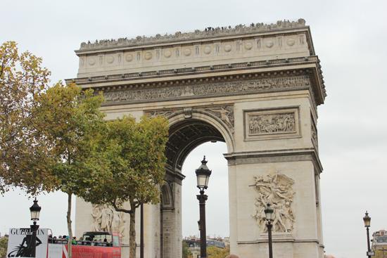 Arco do Triunfo d' Étoille - considerado um dos maiores arcos do mundo, com 50 metros de altura.