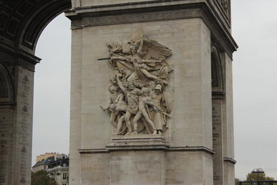 Representação da Partida dos Voluntários de 1792, na base direita do arco (A Marselhesa).