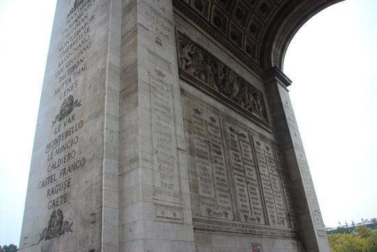 Nomes de 558 generais e de 128 vitórias em batalhas estão gravados no imponente monumento.
