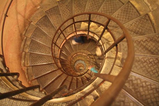 Vista da escada caracol dentro do Arco do Triunfo - proibida para quem tem labirintite! Até pessoas saudáveis saem tontas de lá...