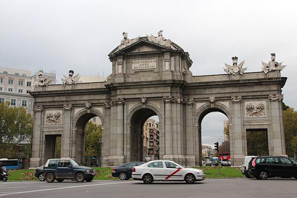 Puerta de Alcalá - um lindo monumento em Madrid. Visite-o, se possível, também à noite, quando fica todo iluminado.