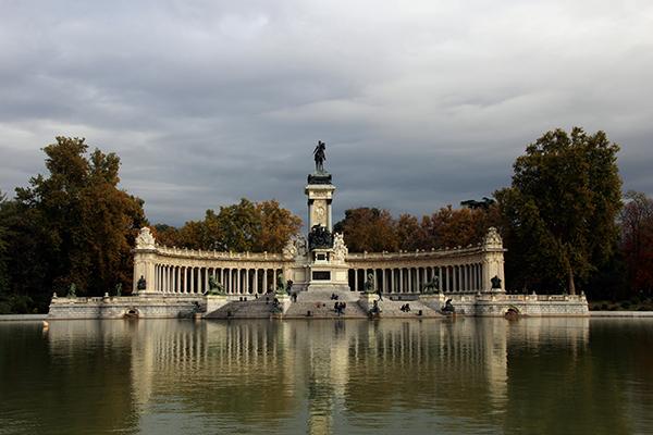 Monumento Alfonso XII, imponente e muito bonito. Pare um pouco para admirá-lo e, se tiver disposição, vá para o outro lado observá-lo de perto.