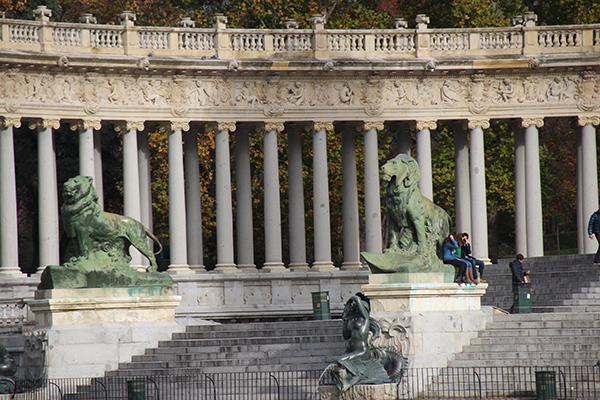 Os leões na base do Monumento Alfonso XII. Ainda bem que temos lentes para longas distâncias, pois esse ângulo eu não conseguiria lá perto...