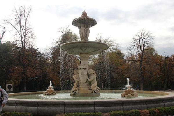 Fonte de Alcachofa - símbolo da fertilidade. Observe o escudo de Madrid segurado por Tritão e Nereida.