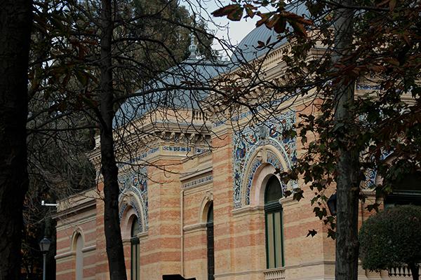 Detalhe arquitetura do Palácio de Velazquéz. De encher os olhos.