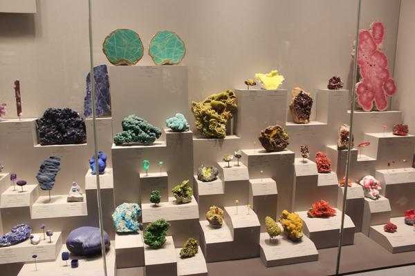 Vários cristais em estado bruto e lapidados, uma explosão de cores...