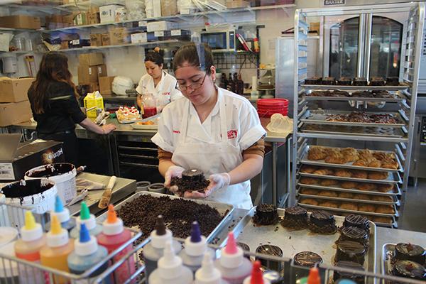 Os funcionários ficam lá dentro preparando as delícias maravilhosas deste café... Um paraíso para os amantes de doces...