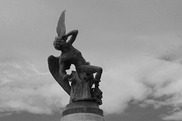 Detalhe para o Anjo caído no momento da queda. O artista abusou da dramaticidade. Pode-se observar a serpente que enrola-se nele, é a mesma que enganou Eva no paraíso.