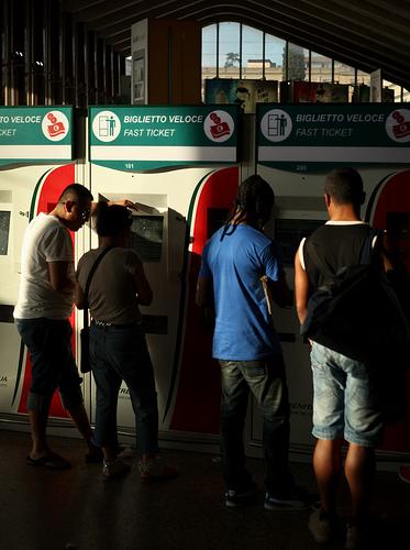 Pessoas comprando bilhetes de trem de última hora. Alguns são tão baratos que valem a pena.  Foto por Notarin.