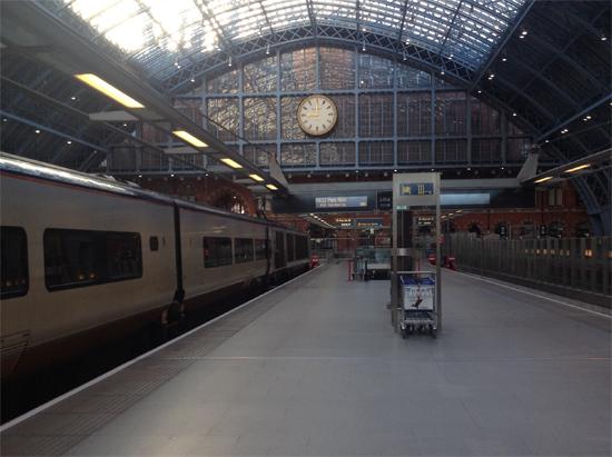 Estação de trem européia. Meio de transporte muito eficiente mesmo após os aviões...