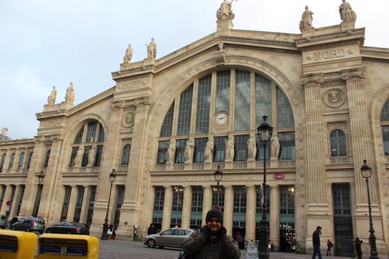 Gare du Nord, principal estação de trem de Paris, fica bem no centro da cidade (ao contrário de aeroportos, que costumam ser bem distantes). Ela ainda é conectada a linha municipal de metrô - o que ocorre na maioria das cidades européias.