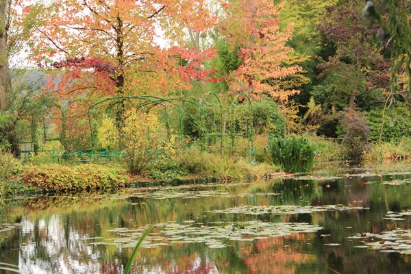 Uma explosão de cores no outono nos jardins de Monet.