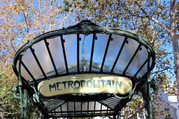 Portal Art Nouveau do metrô de Abbesses. Um charme a mais para a praça...