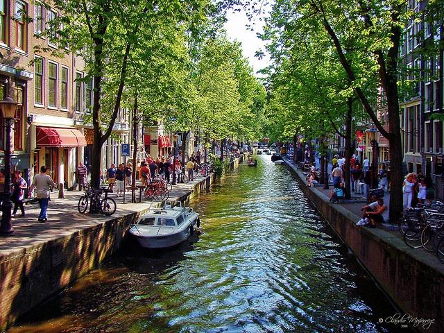 Os famosos canais de Amsterdam, um brinde para nossa viagem. (Foto de Stuck in Customs cc ).