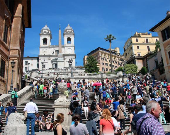 A famosa escadaria da Piaza de Spagna, muitos turistas torrando no sol escaldante de maio... Ao fundo, a igreja francesa Trinitá dei Monti. Fundada pelo rei Francês Carlos VIII.