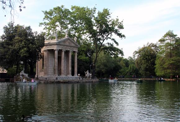 O templo de Esculápio, bem no centro dos Jardins de Vila Borghese, uma ampla área verde no coração de Roma.
