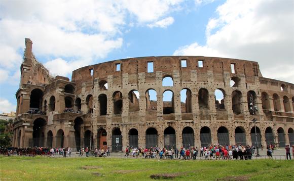 O gigantesco Coliseu - tem esse nome devido ao Colosso, uma estátua enorme de Nero, que existia no local.  Um lugar emocionante onde deve-se ter visita obrigatória quando vier a Roma.
