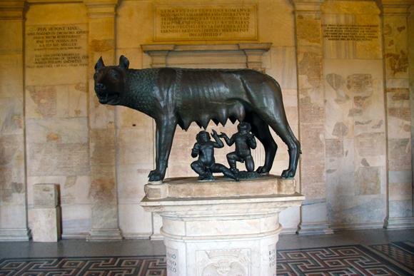 A famosa estátua da Loba e os gêmeos Rômulo e Remo, fundadores de Roma, pode ser admirada nos Museus Capitolinos, dentre outras importantes obras italianas.