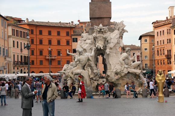A Fontana dei Quattro Fiumi, ou Fonte dos Quatro Rios, localizada na Piazza Navona, uma praça bem movimentada.