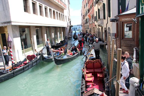 Um pequeno engarrafamento nos canais de Veneza, muitas gôndolas...