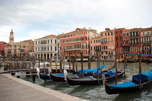 Um ponto de gôndolas em pleno Grand Canal, embarcações que antes serviam apenas como meio de transporte, hoje ganhou ares de romantismo...