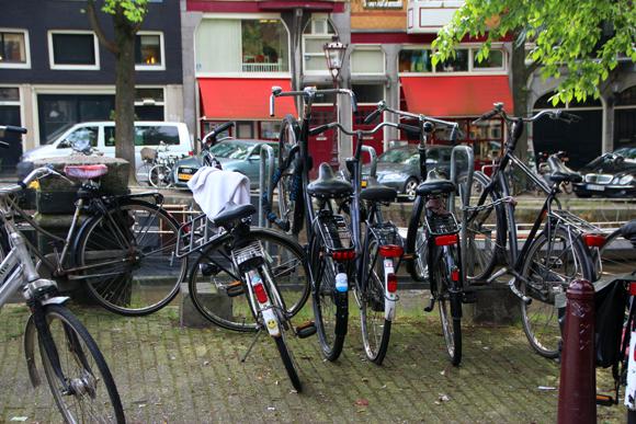 Cena muito comum de Amsterdam, muitas, mas muitas, bicicletas...