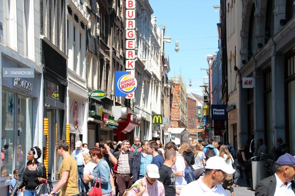 A rua Niewedijk com seu movimentado comércio.