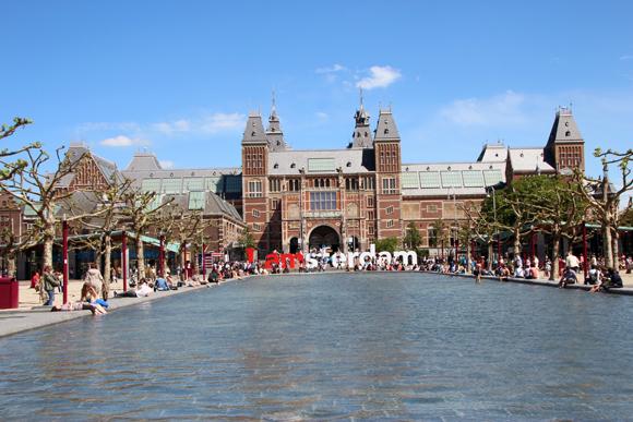 Há tanto museu em Amsterdam que criaram a Museumplein, uma praça com alguns dos mais importantes museus da cidade. Na imagem, o Rijksmuseum atrás do famoso letreiro Iamsterdam.
