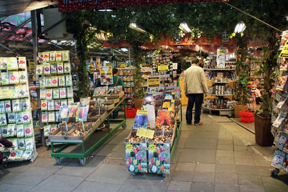Uma das lojas do Bloemenmarkt, o Mercado das Flores de Amsterdam. Pena que não dava para comprar os bulbos de tulipas...