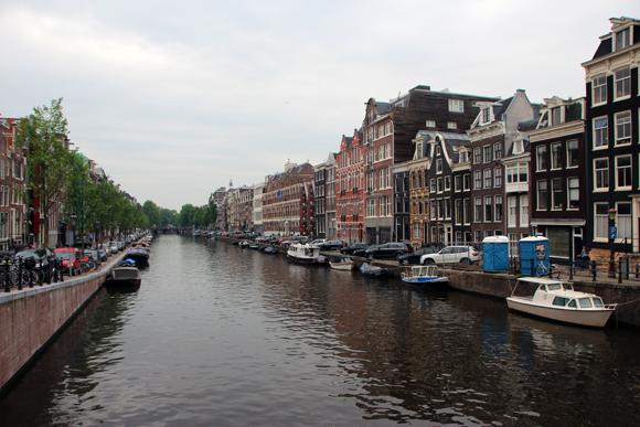 O colorido dos canais de Amsterdam é um dos charmes da cidade...