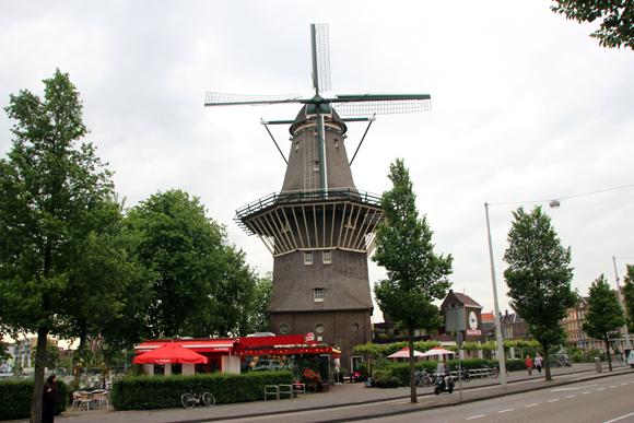 Moinho de Gooyer, um dos poucos que restaram na cidade de Amsterdam. Ao todo há três apenas...