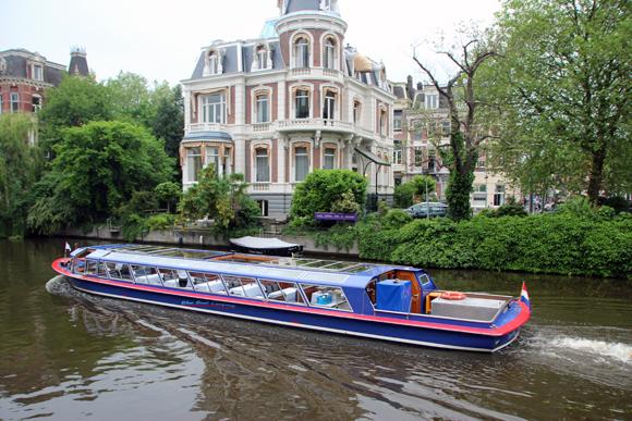 Passeio de barco pelos canais - uma das atrações que não podem deixar de fazer quando forem a Amsterdam...