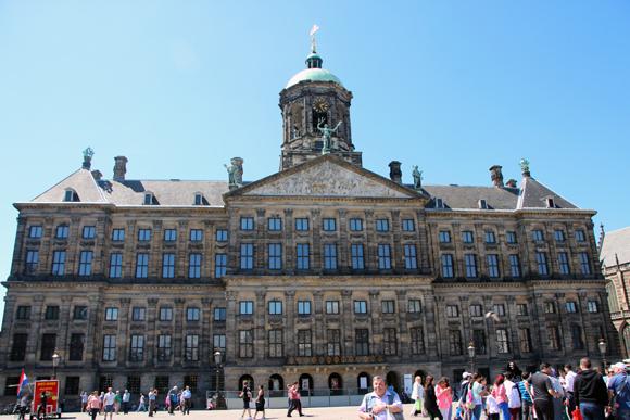 O Koninklijk Paleis (Palácio Real) de Amsterdam - um nome difícil para uma linda construção na Praça Dam, em pleno coração da cidade.