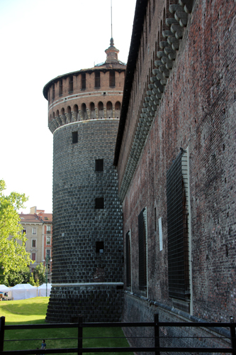 As muralhas de defesa do Castelo Sforzesco, ultrapassá-las era quase impossível...