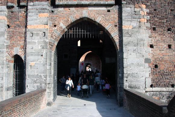 Uma das entradas sobre a ponte, lembra filmes medievais...
