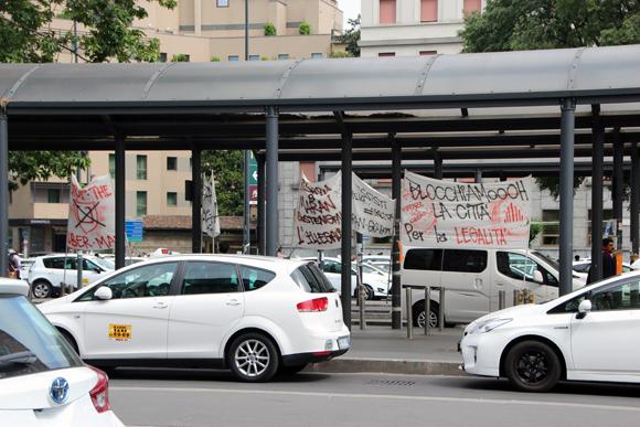 Uma greve de táxis - andar a pé puxando malas??? Nem pensar!!! Vamos de metrozão, na hora do rush...