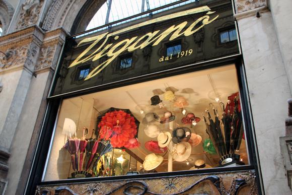 Alguém ficou namorando por um tempão essa vitrine. Uma loja de chapéus de dois andares dentro da Galeria Vittorio Emanuelle.