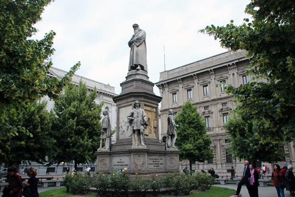 Piazza della Scalla, com o monumento a um dos seus moradores mais ilustres,  Leonardo da Vinci.